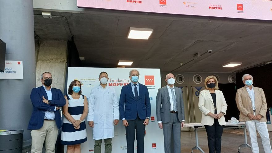 El consejero de Sanidad de la Comunidad, Enrique Ruiz Escudero, visita el centro de test de antígenos en el Wizing Center