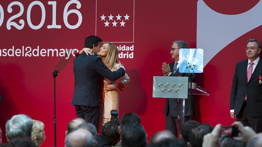 Andradas recibe de Cifuentes la Medalla de Oro del Dos de Mayo