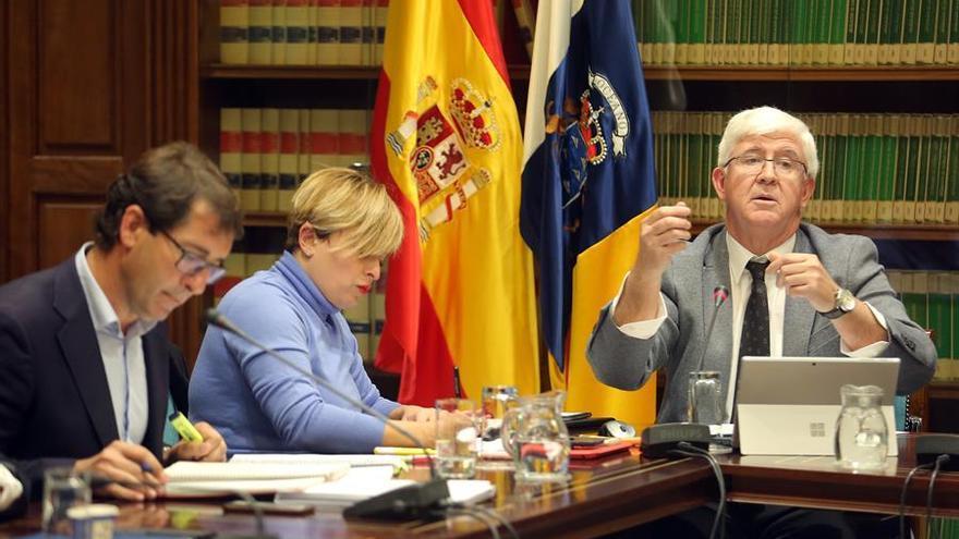 El presidente de la Audiencia de Cuentas de Canarias, Pedro Pacheco (d), en la comisión parlamentaria de fiscalización de la Cuenta General de la Comunidad Autónoma de 2017