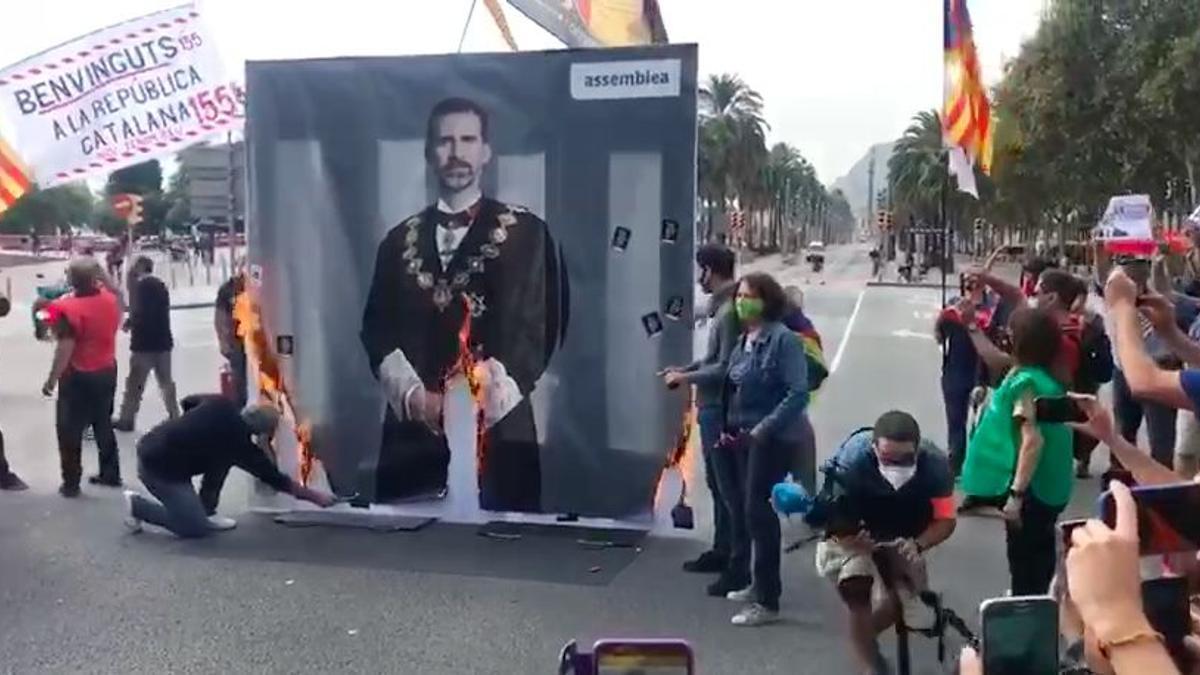 Elisenda Paluzie quema la foto del rey Felipe VI