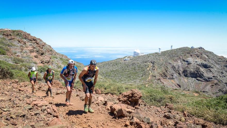 Un grupo de corredores de Transvulcania, a la altura del Roque de Los Muchachos. Foto: Racephotos Sport Photography.