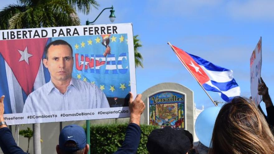 Dos centenares de personas se reúnen este domingo en Miami, Florida (EE.UU.) para pedir por la libertad del opositor cubano José Daniel Ferrer, frente a la réplica de la celda donde está detenido el líder de la Unión Patriótica de Cuba (UNPACU) hace un mes y medio.