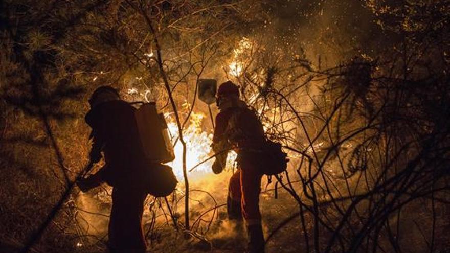 Bomberos extinguiendo incendio en Galicia