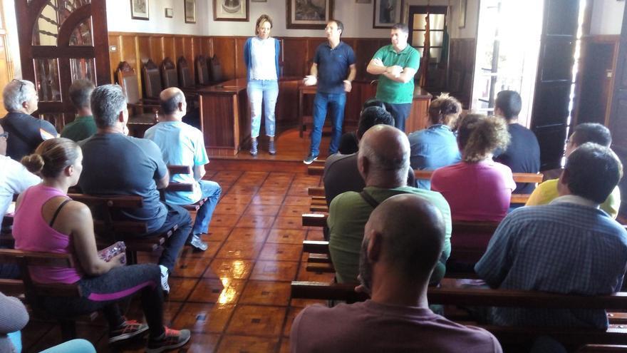 Encuentro del alcalde, Sergio Rodríguez (c), y otros miembros grupo de Gobierno, con los nuevos trabajadores, en el salón de plenos del Ayuntamiento pasense.