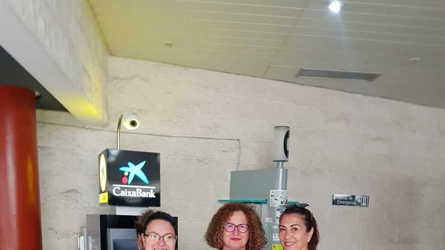 Nieves Hernández, consejera de Acción Social del Cabildo de La  Palma, con representantes de Ámate.
