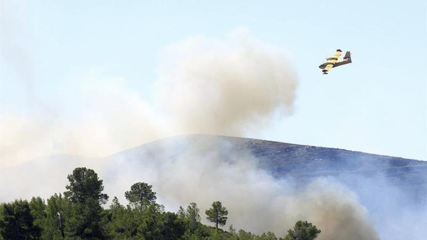 Seis medios aéreos se incorporan a las labores de extinción del incendio de Gátova