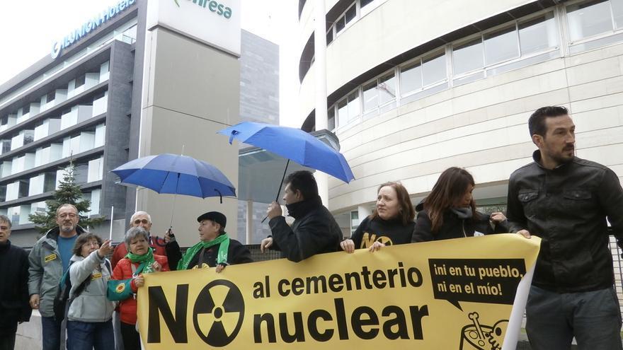 Manifestación ante la sede de Enresa / Plataforma con el ATC en Cuenca