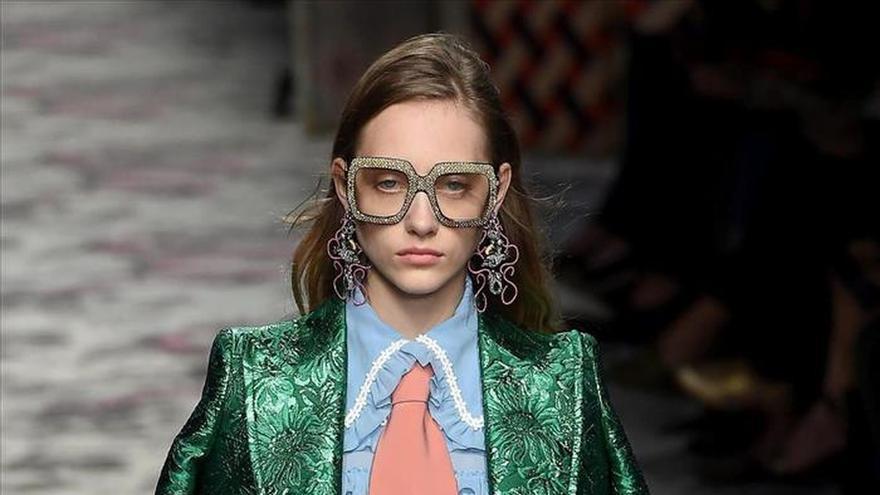 """Gucci abre la Semana de la Moda de Milán con estilo """"boho"""" y lazos al cuello"""