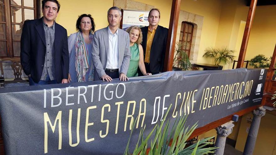 El cónsul de Colombia en Canarias, Pierangelo Gandini (d), el director de cine colombiano Óscar Ruiz Navia (i), la directora de la Casa de Colón, Elena Acosta (2i), la directora general de Cultura del Gobierno de Canarias, Aurora Moreno (2d) y el director de la Asociación Vértigo, Jesús Garcia (c), presentaron hoy la XIV Muestra de Cine Iberoamericano Ibértigo.
