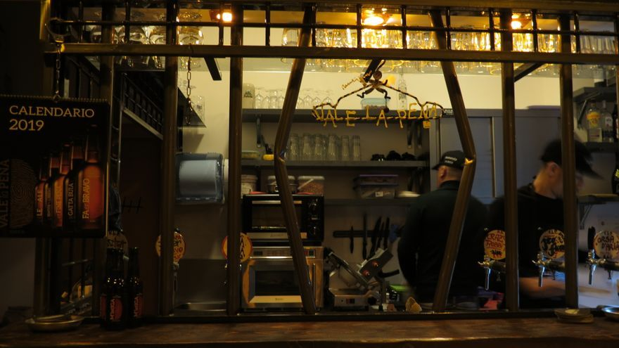 Una imagen del interior del pub 'Vale la Pena'