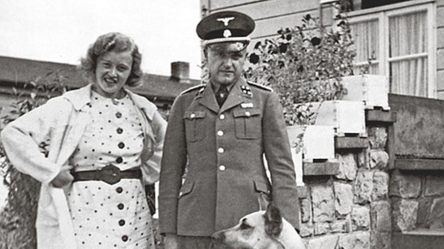 """Karl Otto Koch, jefe del campo de Buchenwald, y su mujer Ilse Köhler, también conocida como """"la bruja de Buchenwald"""". Su sadismo y su macabra afición a coleccionar tatuajes de presos por mero capricho la hicieron muy temida. El documento depositado en el Archivo Histórico del Gobierno Vasco es una de las primeras referencias a sus atrocidades, por las que fue condenada a cadena perpetua después de la guerra (https://katrinashawver.com/2014/01/karl-and-ilse-koch.html)."""