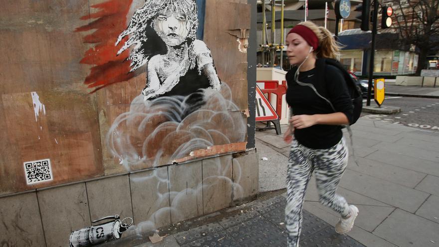 La última obra de Banksy, en la pared opuesta a la embajada francesa en Londres