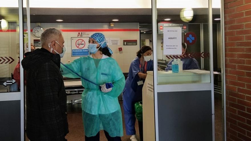 Sanitarios realizan pruebas por coroanvirus a la entrada del Hospital Arrixaca de Murcia