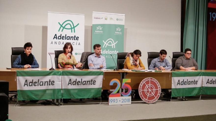Los integrantes de la mesa en el debate con los jóvenes universitarios.
