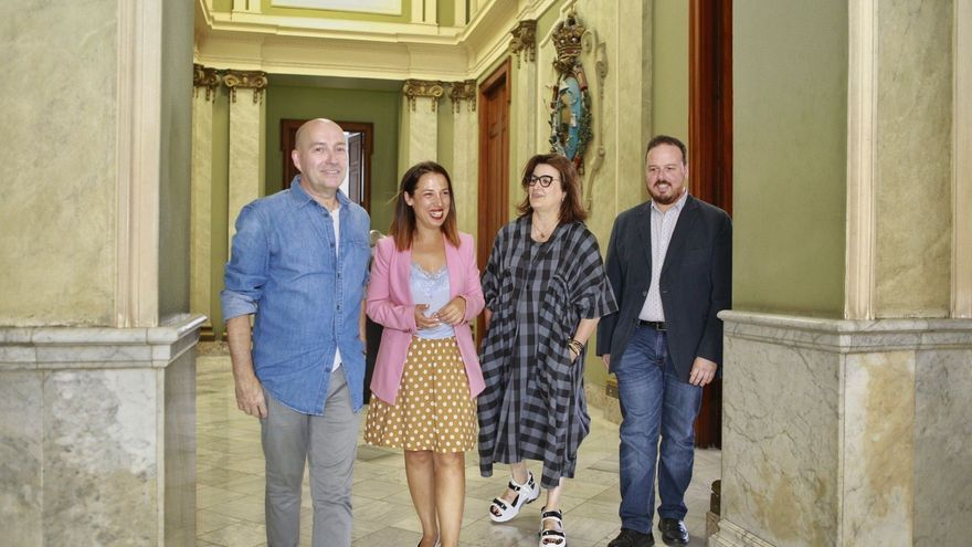 La alcaldesa, junto a los diseñadores Marco Marrero y María Díaz