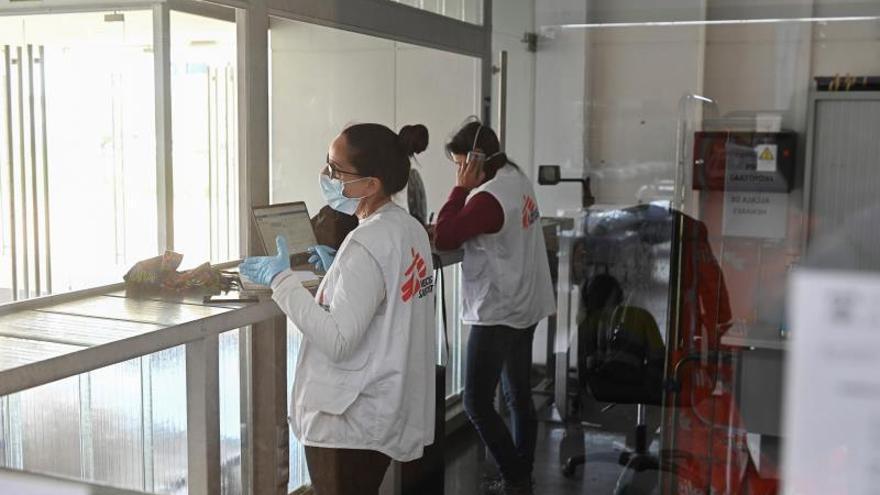 Dos cooperantes de Médicos Sin Fronteras participan en la instalación de un hospital de campaña en el pabellón deportivo Rector Gala del Campus de la Universidad de Alcalá de Henares.