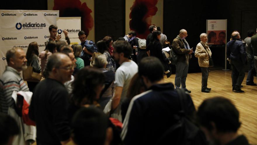 Público esperando a entrar al debate entre Iñigo Errejón y Carmen Calvo, moderado por Ignacio Escolar y organizado por eldiario.es