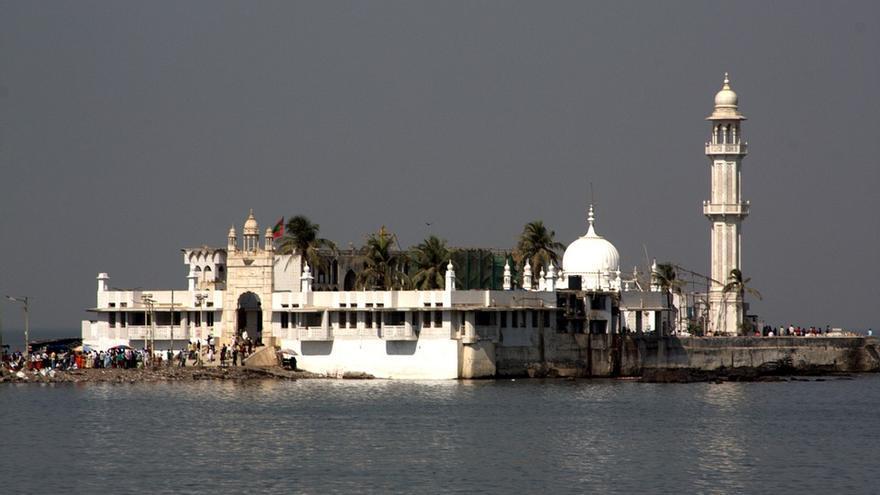Mezquita y mausoleo de Haji ali Dargah en la costa de Worli en la India