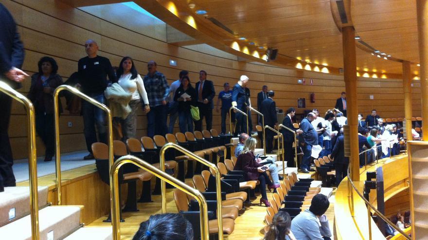 Desalojan del Senado a una veintena de activistas de la PAH tras la aprobación de la Ley Antidesahucios