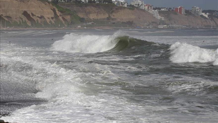 El intenso oleaje obliga a cerrar 83 de los 107 puertos y muelles de Perú
