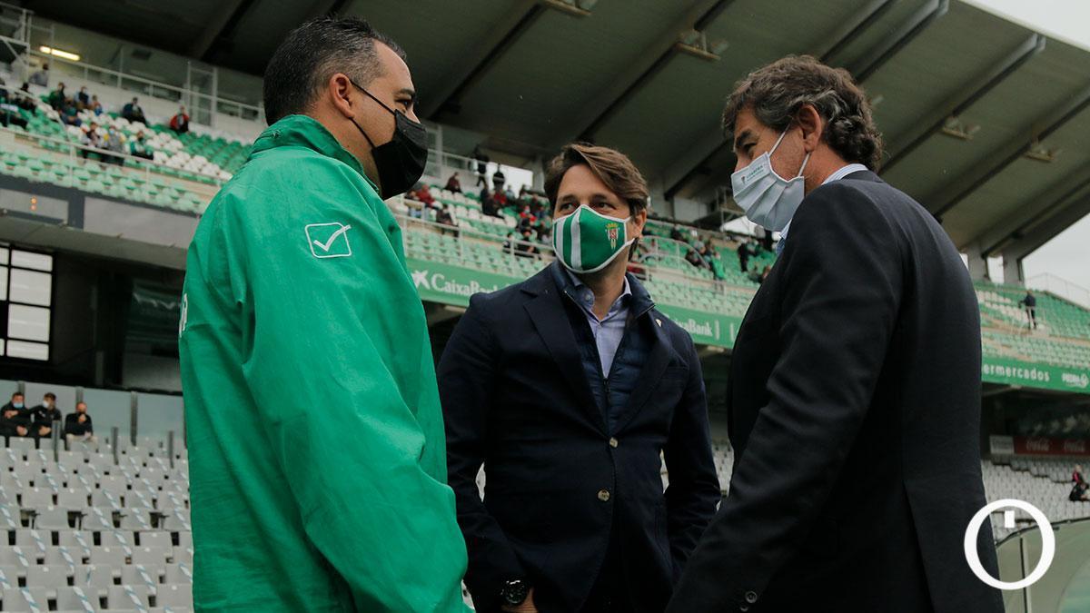 González Calvo hablando con Germán Crespo durante un partido