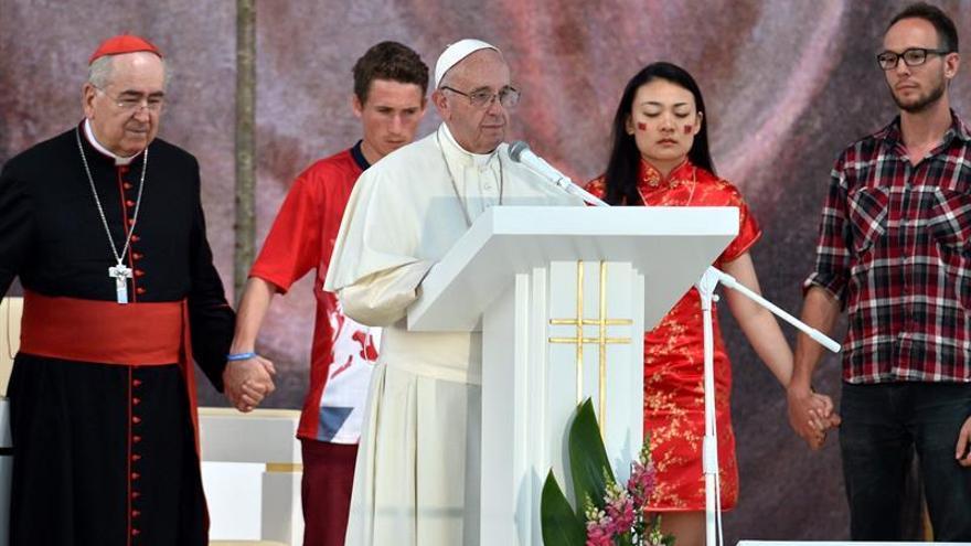 """El papa instó a los """"jóvenes-sofá"""" a levantase para construir un futuro mejor"""