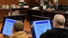 Eliseo Gil, siguiendo en pantalla el informe presentado por la Ertzaintza en el juicio de Iruña-Veleia