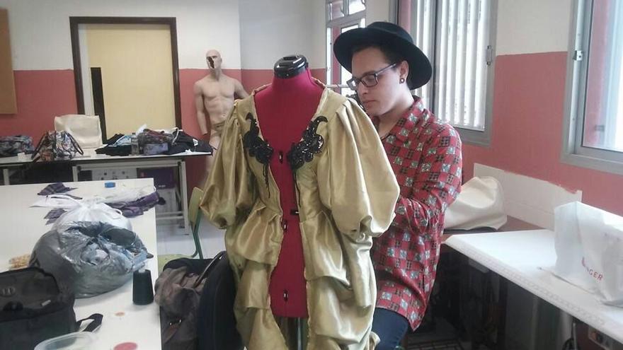 El diseñador Rayco Plata trabajando en uno de sus creaciones