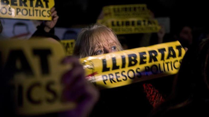 """Miles de personas piden frente al Parlament la libertad de """"presos políticos"""""""