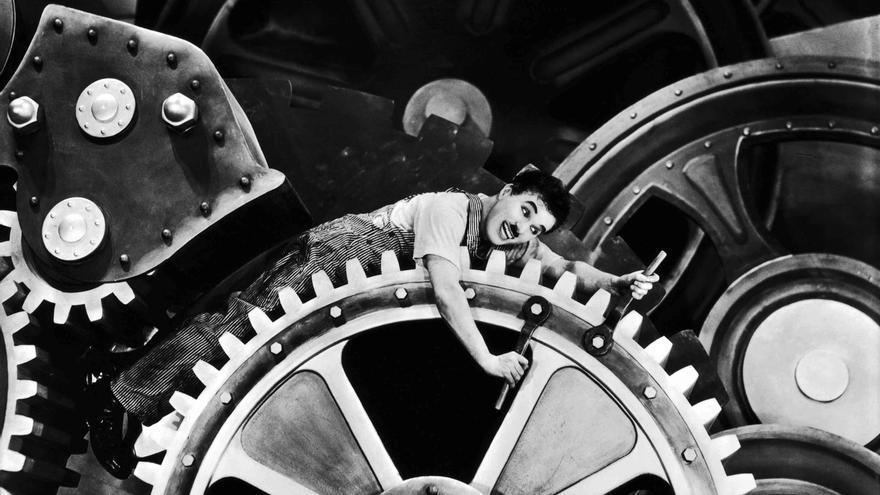 Chaplin, atrapado por los engranajes de la industria en 'Tiempos modernos'