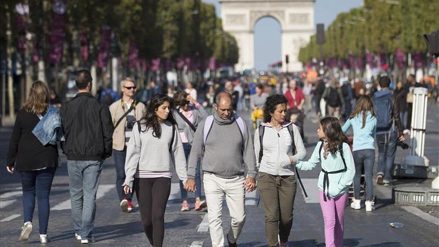 Peatones y bicicletas toman el centro de París en el primer día sin coches