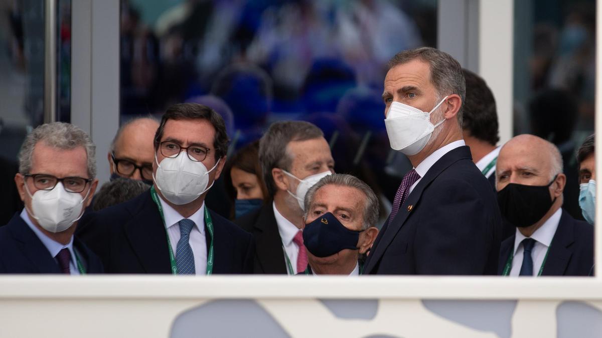 El Rey Felipe VI (2d) junto al presidente de la CEOE, Antonio Garamendi (2i), a su llegada al W Barcelona para asistir a una cena inaugural de la XXXVI reunión anual del Cercle D'Economía