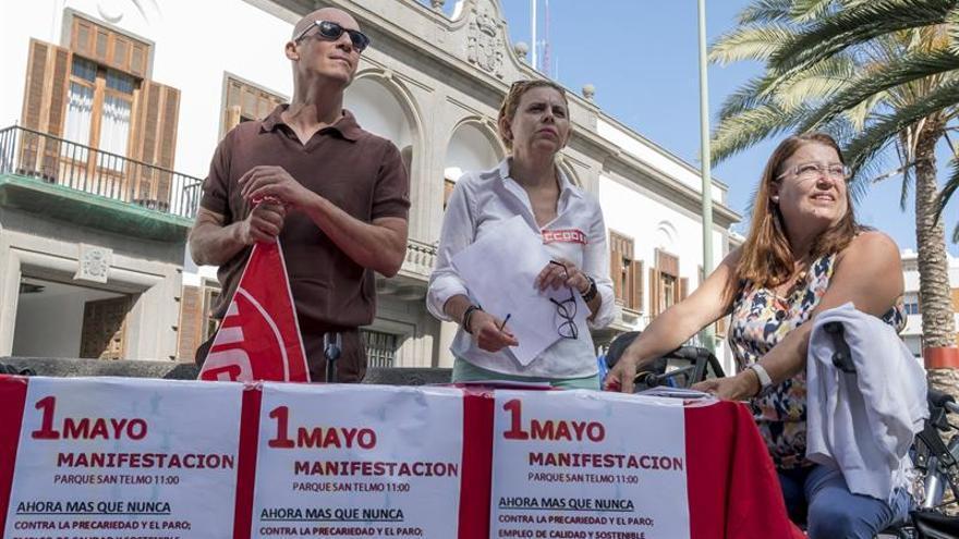 Representantes de los sindicatos UGT, CCOO y FSOC, Juan Carlos Tabraue, Esther Ortega e Isabel Talavera, ante la delgación del Gobierno en Canarias, donde presentaron hoy el manifiesto conjunto del Primero de Mayo.