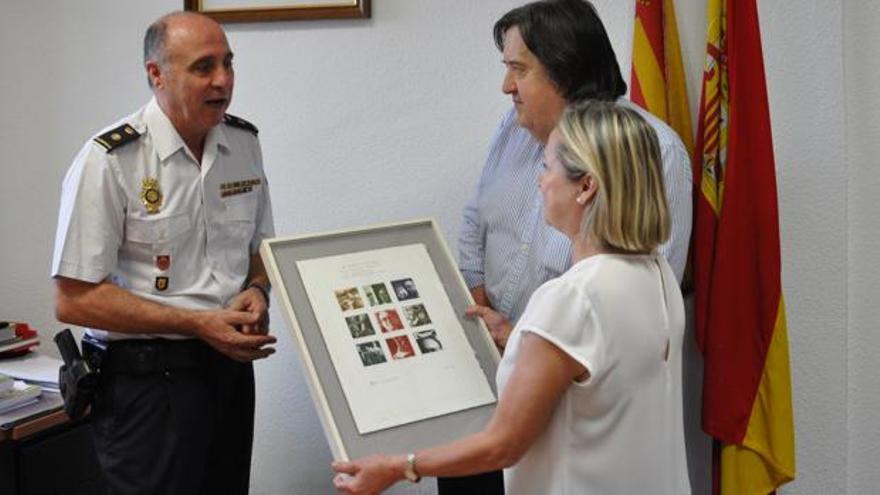 La Policía hace entrega del grabado a los familiares del poeta