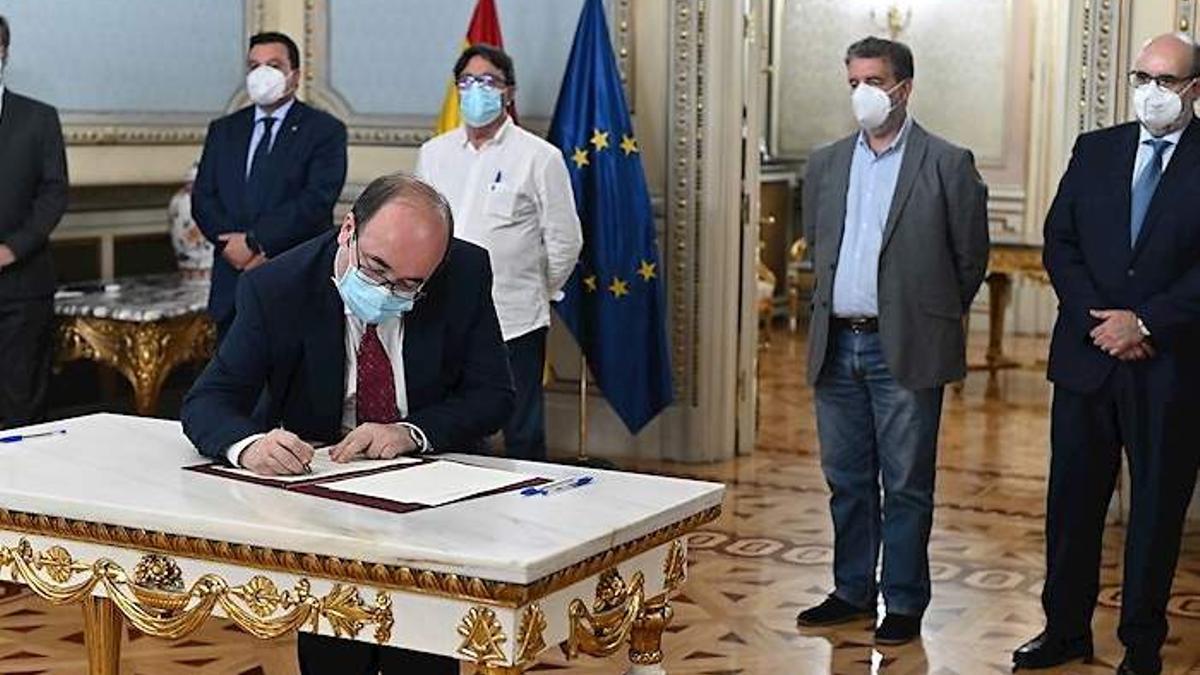 Momento de la firma por parte de Miquel Iceta del acuerdo para la reducción de la temporalidad en el empleo público
