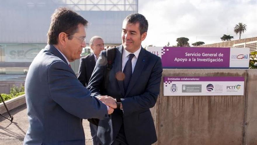 El rector, Antonio Martinón, (i) y el presidente del Gobierno canario, Fernando Clavijo