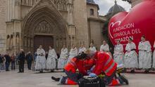 Voluntarios de Cruz Roja durante el simulacro con la Fallera Mayor de València y su corte de honor