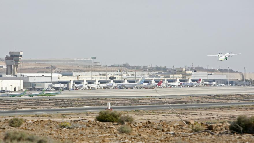 Avión de Binter despegando en el Aeropuerto de Gran Canaria (ALEJANDRO RAMOS)