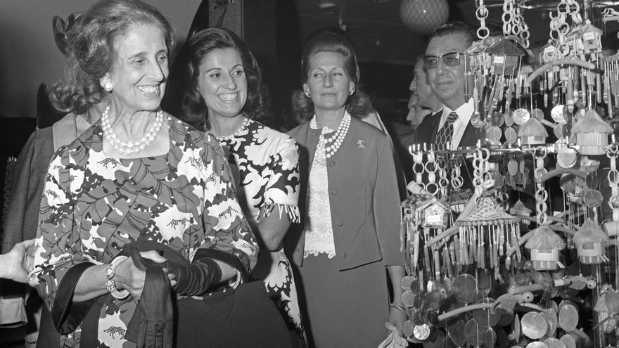 ESPAÑA FILIPINAS FIESTA COMERCIAL: MADRID, 12/06/1970.- Carmen Polo (i), acompañada de su hija, Carmen Franco Polo (2i), visita la Fiesta Comercial Filipina, que se inaugura esta tarde en uno de los establecimientos de El Corte Ingles de Madrid.