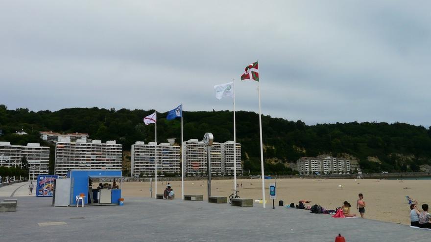 La zona de Sagües de la playa de La Zurriola luce bandera roja y amarilla las de Zarauz, Orio, Gaztetape, e Itzurun