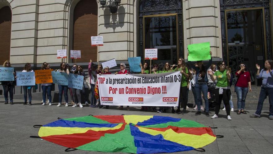 Concentración de las trabajadoras de educación infantil en la plaza de España de Zaragoza