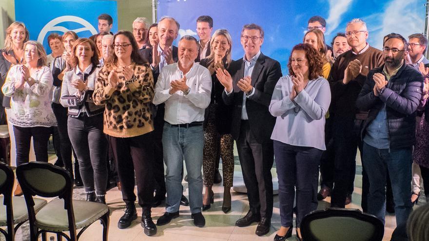 Feijóo y miembros del PP de Santiago, en el comienzo de la campaña del 26M