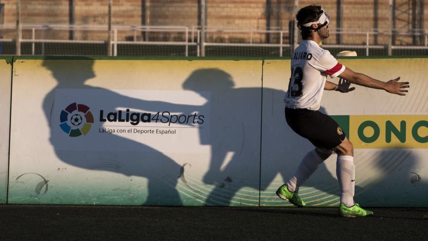 Álvaro, jugador de Alicante, disputando un balón durante la final de la Copa de España / Alberto Barba
