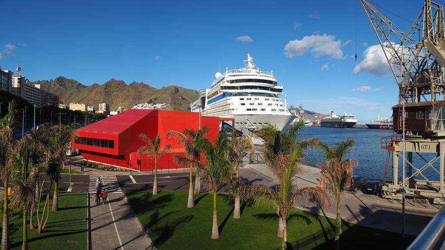 Edificio (en color rojo) de la nueva terminal de cruceros en Santa Cruz de Tenerife