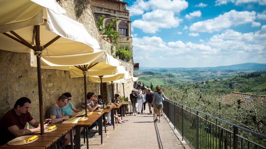 Una terraza en San Gimignano con vistas a los campos de la Toscana.