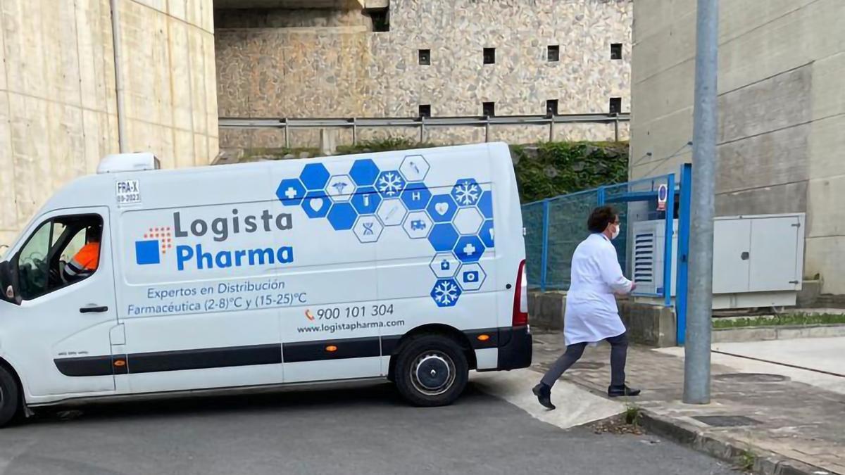 Una furgoneta de distribución de vacunas, en el almacén de Bexen Medical en Hernani