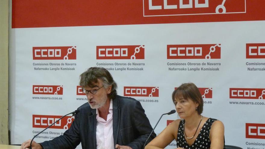 El secretario general de CCOO en Navarra, Chechu Rodríguez, con la secretaria de Salud Laboral del sindicato, Carmen Sesma.