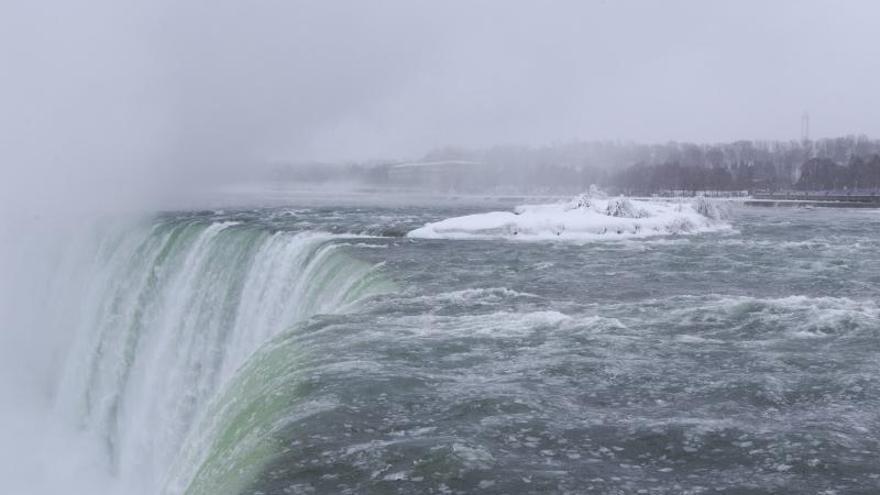 Una nueva ola polar multiplica el espectáculo de las cataratas de Niágara congeladas