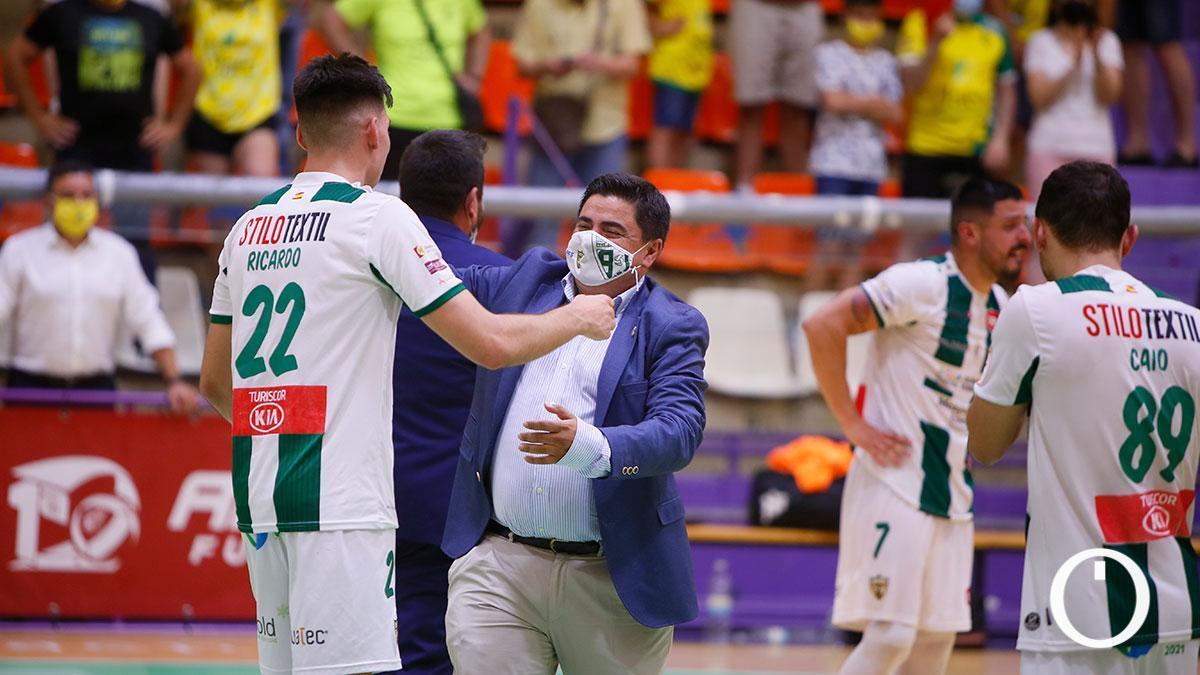 García Román se abraza con Ricardo tras la permanencia