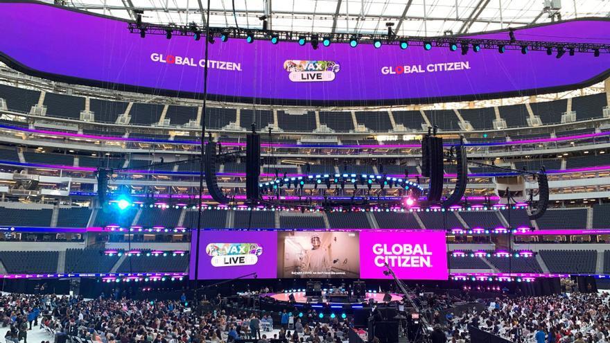 Miles de personas vacunadas celebran su primer concierto en Los Ángeles
